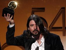 Grammy 2012 - Dave Grohl z Foo Fighters s jednou z cen (Los Angeles, 12. �nora