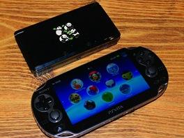 Dole PS Vita, nahoře zavřené 3DS od Nintenda bez rozšiřujícího druhého...