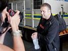 Spoutaný Radovan Krejčíř odchází od soudu v jihoafrické Pretorii, kde byl