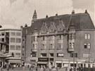 Pohled na areál módního domu od divadla Antonína Dvořáka. Budovu naproti, kterou navrhli architekti Julius a Wunibald Deningerové, chce majitel vyjmout z památkové péče. Sousední objekt původní Ostravice hodlá zachovat v původní podobě.
