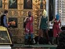 �lenky rusk� skupiny Pussy Riot p�i vystoupen� v moskevsk�m chr�mu