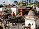 Pohled na budovu kltera Pashupatinath a most pes posvtnou eku Bagmati