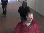 Muž v červené bundě, kterého policie hledá v souvislosti s podezřením na vraždu