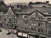 Budova vpravo se v roce 1933 stala sou��st� m�dn�ho domu Ostravica. Nyn� j�
