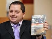 Obviněný Tomáš Kadlec rozdával novinářům brožuru s nabídkou práce v zahraničí.