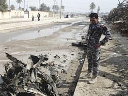 Trosky automobilu po útoku teroristů v iráckém městě Bákubá (23. února 2012)