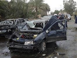 Trosky automobilu po útoku teroristů na severu Bagdádu (23. února 2012)