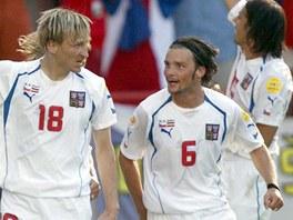 Marek Jankulovski (vpravo) a Marek Heinz se raduj� z v�t�zstv� v z�pase proti...