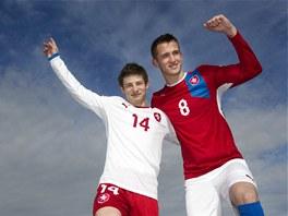 Fotbaloví reprezentanti Václav Pilař (vlevo) a Tomáš Pekhart pózovali na