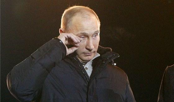 Vladimir Putin si utírá slzy během projevu ke svým příznivcům poté, co první