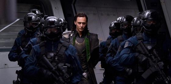 Jediný muž na fotografii, který nenosí stejnokroj, je Loki. Poté, co byl zmařen...