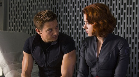Mu�, kter� se pr�v� ztratil v pohledu Scarlett Johanssonov� je Jeremy Renner. V...