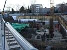 Dělníci vykopali základy pro nový obytný dům. Kvůli němu je cyklostezka...