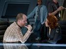 Z nat��en� filmu Avengers. Re�is�r Joss Whedon se pt� Scarlett Johanssonov�, co bude dnes ve�er k ve�e�i. Here�ka pozvala sv� kolegy na tacos.