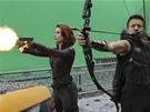 Z nat��en� filmu Avengers. Scarlett Johanssonov� a Clint Barton.