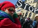 Proti těžbě břidlicového plynu demonstrovaly před hotelem Beránek v Náchodě