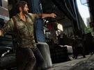 Last of Us - Hlavní hrdina Joel hází cihlu na nepřítele.