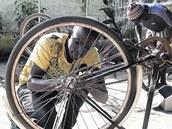 Češi nebudou kola do Gambie jen dovážet, ale zřídí tam i servisy, kde najdou