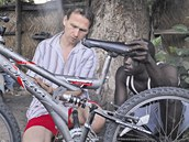 Roman Posolda při loňské návštěvě Gambie školil servisního technika.