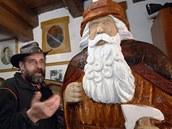 Řezbář Jiří Halouzka ve svém ateliéru v Jiříkově na Bruntálsku se sochami děda