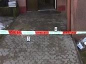 Záběr vchodu do domu v Trutnově, kde dvojici seniorů napadl jejich osmnáctiletý...