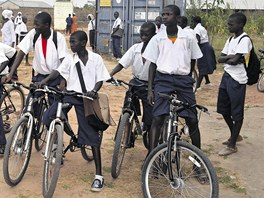 Kola posbíraná v Česku pomohou dětem v africké Gambii, usnadní jim totiž cesty