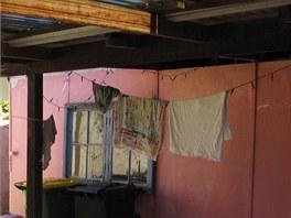 Koupelna byla v dřevěném přístřešku přilepená k původnímu domu.