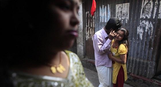 Sedmnáctiletá Haši laškuje se zákazníkem v křivolakých uličkách slumu Kandapara
