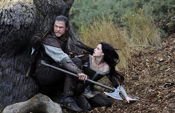 Sam Claflin a  v Kristen Stewartová ve filmu Sněhurka a lovec