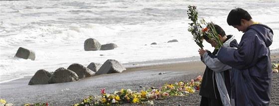 Dvan�ctilet� a desetilet� chlapec se na pob�e�� mo�e ve m�st� Iwaki v Japonsku...