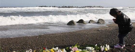 Japonsk� d�venka se modl� p�i p��le�itosti prvn�ho v�ro�� tsunami a...