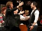 Steve Kazee (vpravo) míří do náruče Glena Hansarda, které hraje na Broadwayi v...