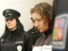 Policisté přivádí k Okresnímu soudu ženu z Radvanic, která je podezřelá ze