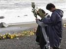 Dvanáctiletý a desetiletý chlapec se na pobřeží moře ve městě Iwaki v Japonsku...