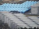 Pohled do areálu fukušimské elektrárny, kterou přesně před rokem poničilo...