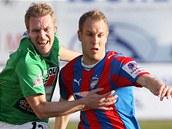 NEP�EK��EJ. Jabloneck� fotbalista Karel Pit�k (vlevo) se v z�pase proti Plzni