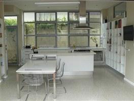 Kuchyně je v nové části domu. Při zařizování se majitel inspiroval nábytkářským
