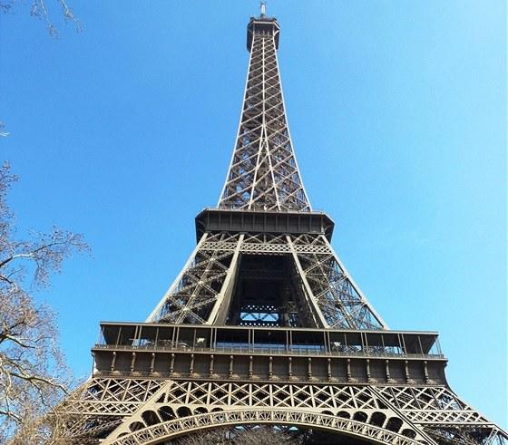 Eiffelova věž měří včetně antény na vrcholu 324 metrů.