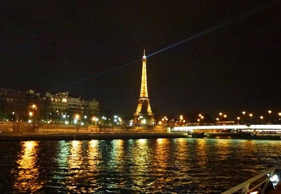 Eiffelova věž bývá za tmy osvětlena a pohled na ni vytváří neopakovatelnou