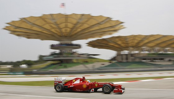 POD ÚCHVATNÝMI TRIBUNAMI. Fernando Alonso ještě s Ferrari při tréninku na Velkou cenu Malajsie v Sepangu.