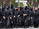 Francouzští policisté opouštějí okolí domu v Toulouse, ve kterém se skrýval