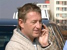 Podnapilý Roman Janoušek telefonuje u svého nabouraného vozu poté, co havaroval