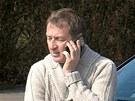 Podnapil� Roman Janou�ek telefonuje u sv�ho nabouran�ho vozu pot�, co havaroval