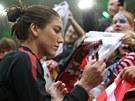Fotbalová brankářka Hope Solová rozdává podpisy.