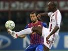 JAK JSI TO UDĚLAL? Javier Mascherano z Barcelony sleduje práci s míčem, jakou