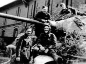Na blatníku sedí velitel tanku Mikuláš Končický, nad ním se o hlaveň opírá