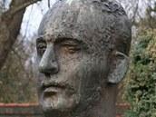 Rodák Karel Poláček má v Rychnově bustu.