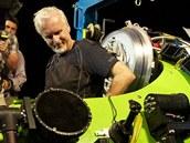 James Cameron je znám svou vášní pro oceány a použil záběrů z ponorek i v