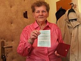 Čtyřiaosmdesátiletá Helena Bonischová ukazuje dokument nahrazující ukradený