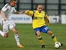 Zlínský záložník Tomáš Polách si kryje míč před Martinem Motyčkou z Karviné.